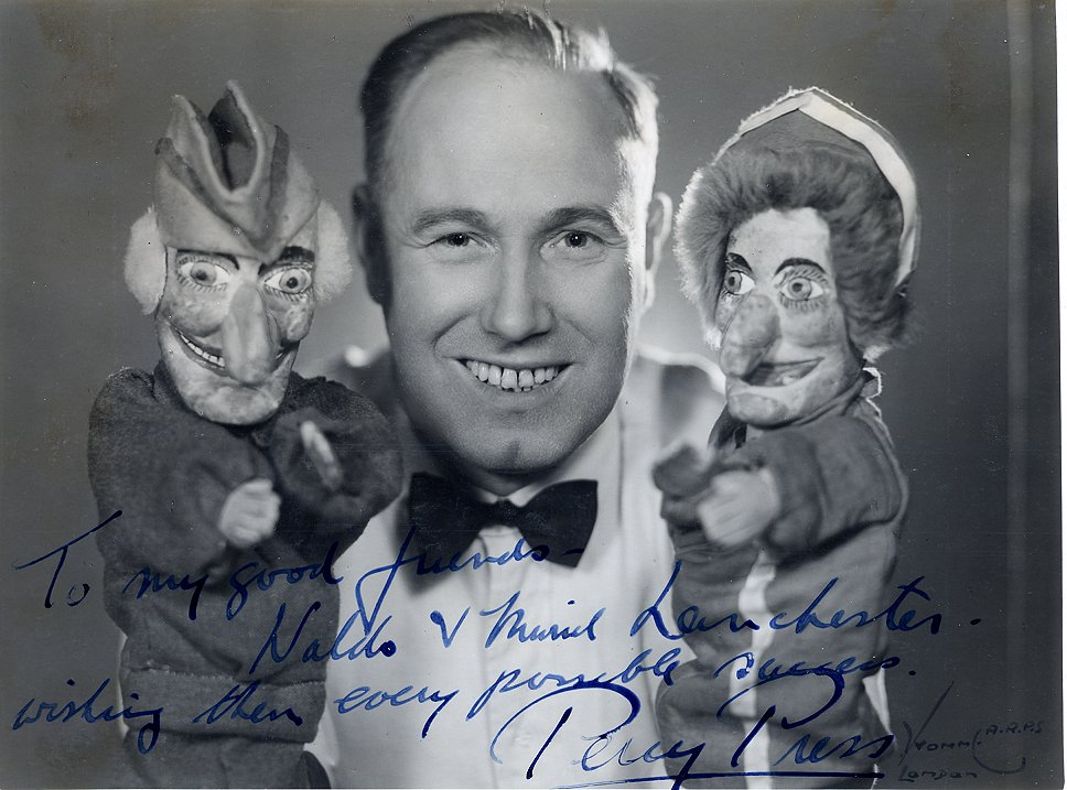 Percy Press I (1902-1980), Professeur Punch, avec Punch et Judy. Marionnettes à gaine. Photo réproduite avec l'aimable autorisation de Collection : The National Puppetry Archive