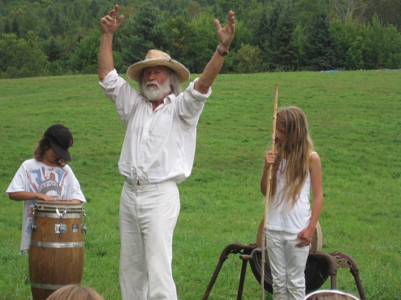 Peter Schumann, marionnettiste américain, fondateur et directeur du Bread and Puppet Theater, avec ses petits-enfants Orlando et Olive Brecht à la résidence de la compagnie à Glover, au Vermont (2010). Photo: John Bell