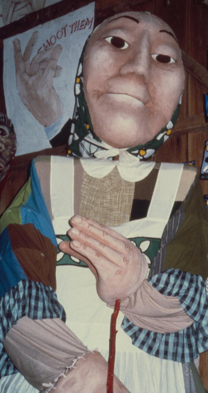 Une blanchisseuse, marionnette à tiges géante par Peter Schumann et le Bread and Puppet Theater (années 1970). Photo: Alan Cook