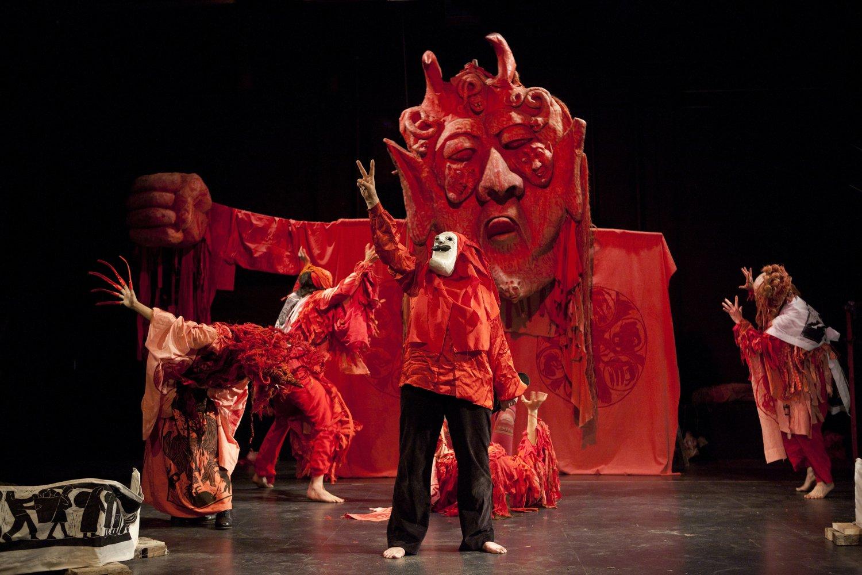 <em>Birdcatcher in Hell</em> (mai 2013), mise en scène : Massimo Schuster, une production de 1966 reprise en 2013 lors de la célébration du 50e anniversaire du Bread and Puppet Theater. Photo réproduite avec l'aimable autorisation de Bread and Puppet Theater