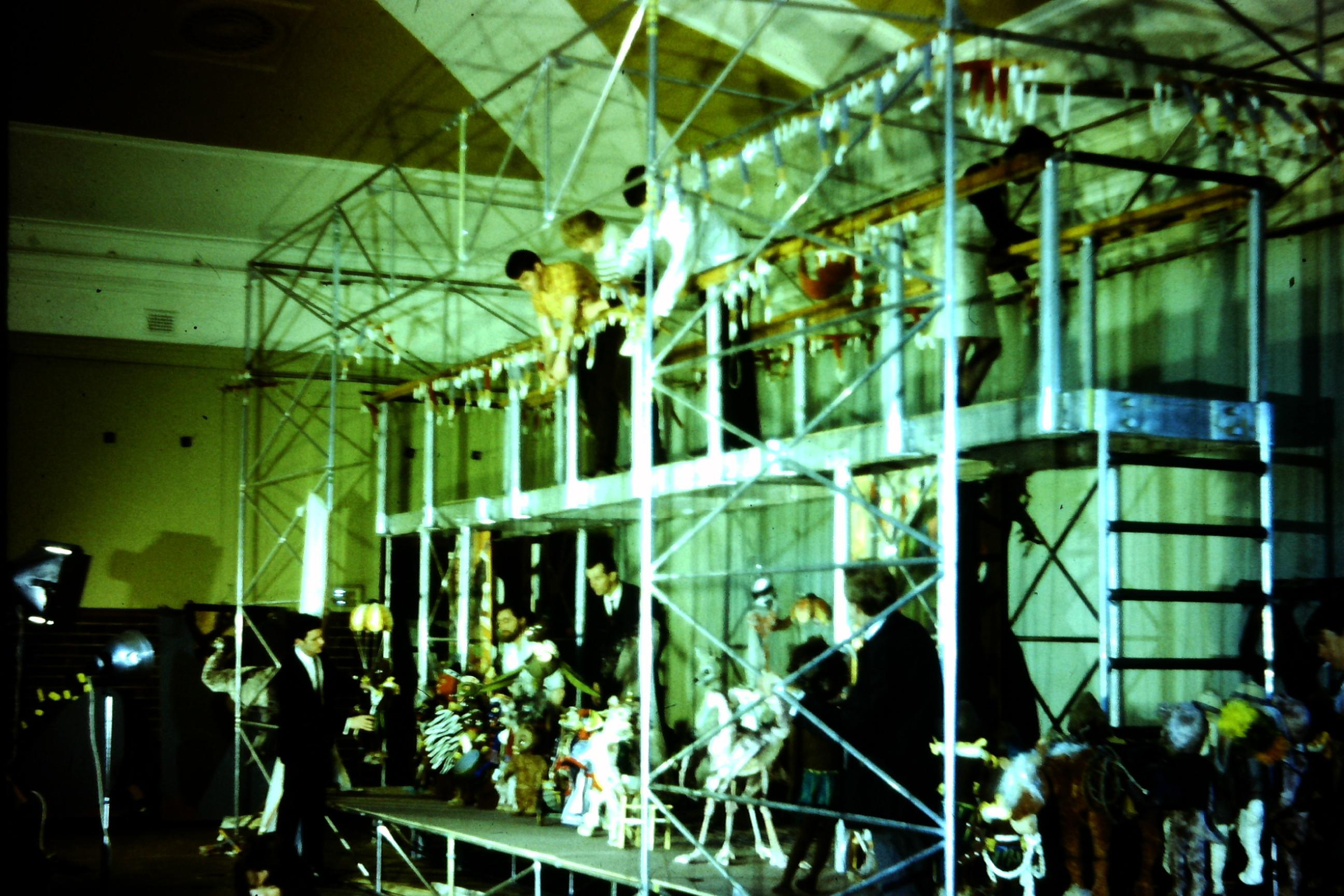 Scène en coulisses de <em>The Explorers</em> (1968), une production du Marionette Theatre of Australia, mise en scène : Peter Scriven. Marionnettes à fils. Photo réproduite avec l'aimable autorisation de Collection : Marionette Theatre of Australia