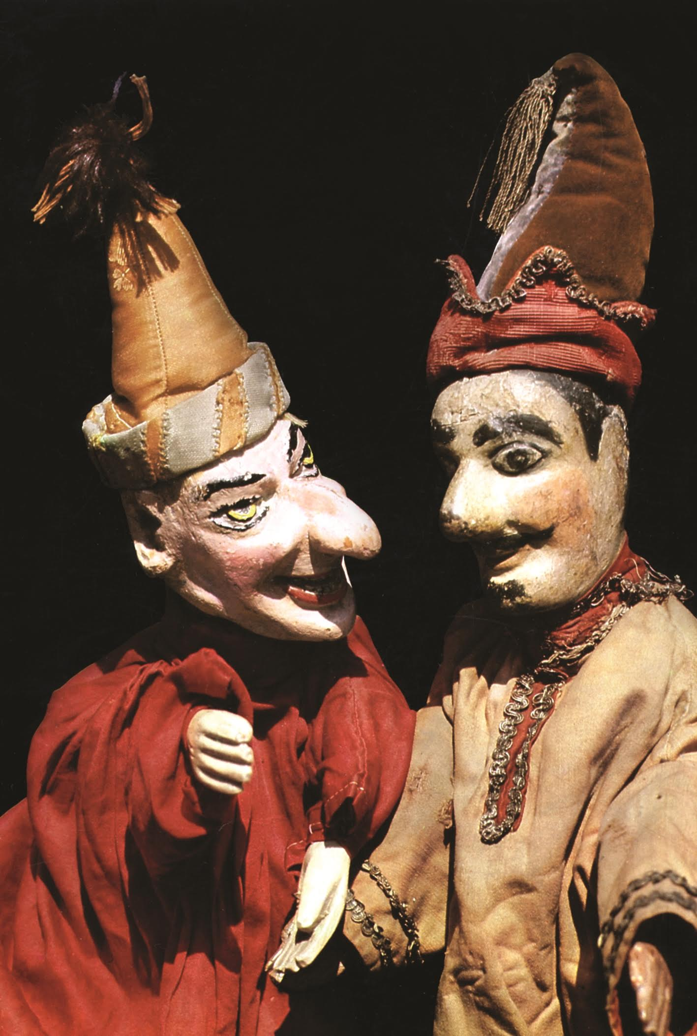 Deux <em>Petrouchka</em>s de marionnettistes traditionnels russes Ivan Zaitsev (à gauche) et Pavel Sedov (à droite). Marionnettes à gaine (bois, tissu), vers la fin du XIXe, début du XXe siècle. Photo réproduite avec l'aimable autorisation de Collection : Gosudarstvenny akademichesky tsentralny teatr kukol imeni S. V. Obraztsova, Musée de la Marionnette (Moscou, Russie)
