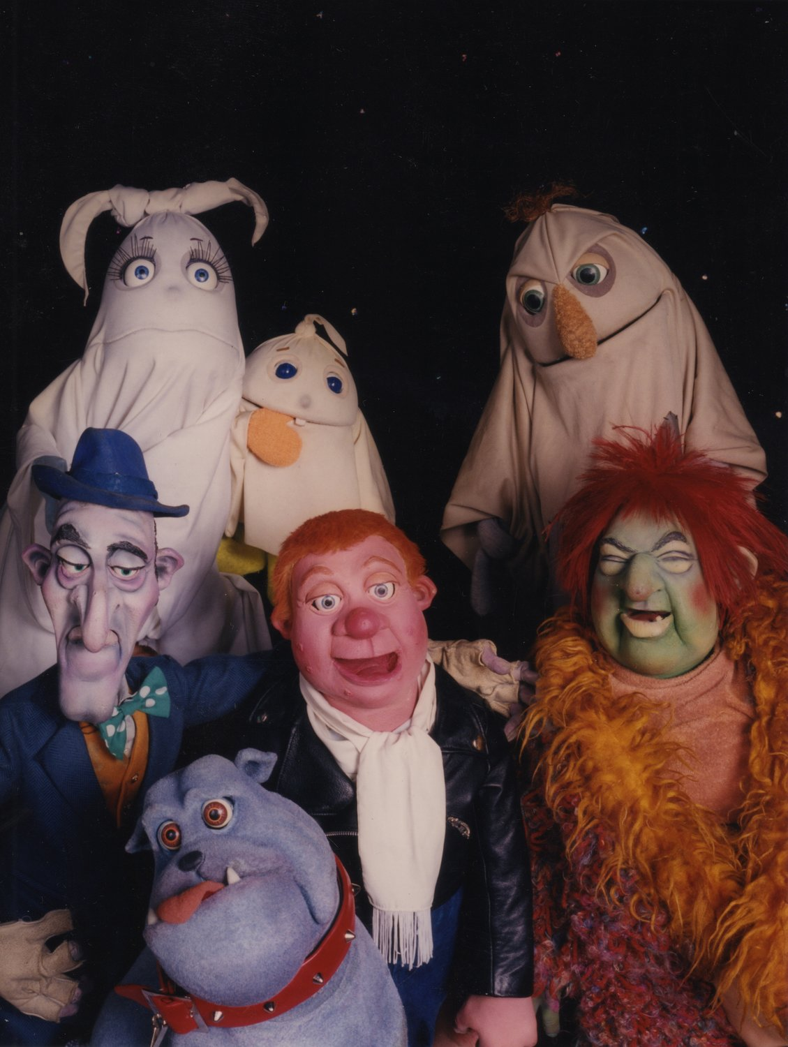 <em>The Spooks of Bottle Bay</em> (années 1990), séries télévisées pour Carlton TV par Playboard Puppets. Personnages sur la photo : (en bas à gauche) Cedric, (au centre) Sid being spooked, Max the dog, (à droite) Sybil Sludge, (en haut, de gauche à droite) Sally Spook, Baby Spook, Fred Spook. Photo réproduite avec l'aimable autorisation de Playboard Puppets