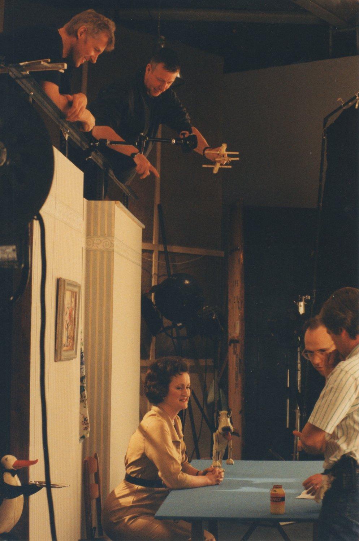 <em>Desmond the Dog</em>, une publicité télévisée Lucozade par Playboard Puppets. Marionnettistes sur la photo : (à gauche) John Thirtle, (à droite) Ian Allen. Marionnette à fils. Photo réproduite avec l'aimable autorisation de Ian Allen, Playboard Puppets