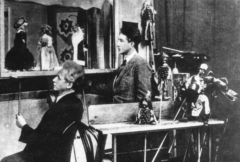 Teatr Baj (1930), Varsovie, Pologne. Marionnettistes sur la photo (de gauche à droite) : Aleksander Paliński, Jan Wesołowski. Collection : Teatr Baj