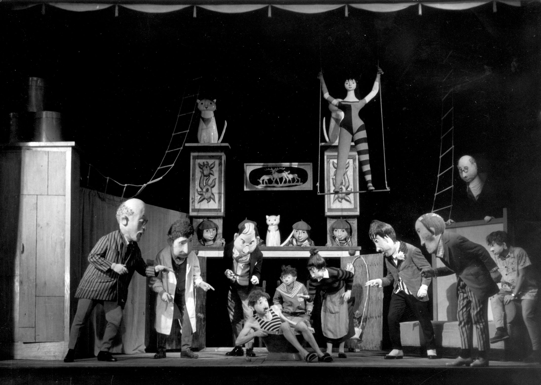 <em>Męczeństwo Piotra Oheya</em> (Le Martyre de Piotr Ohey, 1959) de Sławomir Mrożek, réalisé par Teatr Groteska (Cracovie, Pologne), mise en scène : Zofia Jaremowa, scénographie : Kazimierz Mikulski. Collection : Teatr Groteska. Photo: Juliusz Wolski