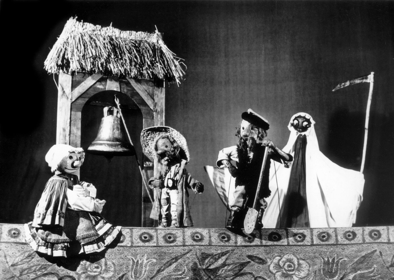 <em>Bo w Mazurze taka dusza…</em> (Porque los Mazoviens eran audaces, 1962) por Teatr Lalki i Aktora Miniatura (Gdańsk, Polonia), puesta en escena: Natalia Gołębska, escenografía: Ali Bunsch. Colección: Marek Waszkiel. Foto: Janusz Uklejewski