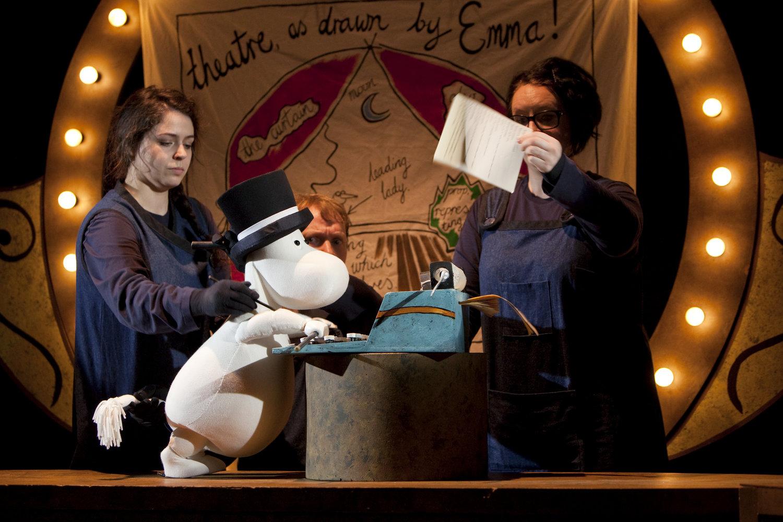 <em>Moominsummer Madness</em> (2014) par Polka Theatre. Marionnettes sur table. Photo: Ludovic Des Cognets