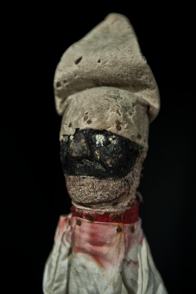 Pulcinella, personnage principal de la tradition napolitaine de marionnettes, <em>guarattelle</em>, par le maître marionnettiste ou <em>guarattellaro</em>, Giovanni Pino. Photo réproduite avec l'aimable autorisation de IPIEMME – Musée international des marionnettes (Castellammare di Stabia, Italie)