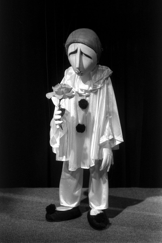 Pierrot, dans <em>Medley for Strings</em> (1983) par The Puppeteer's Company (Brighton, Angleterre), mise en scène, conception et fabrication : Steve Lee, Peter Franklin, acteurs : Steve Lee, Peter Franklin. Marionnette à fils, hauteur : 65 cm. Photo: Steve Lee