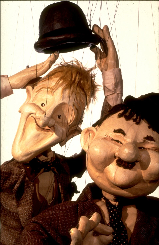 Laurel et Hardy, dans <em>Marionette Cabaret</em> (années 1980) par The Puppeteer's Company (Brighton, Angleterre), mise en scène, conception et fabrication : Steve Lee, Peter Franklin, acteurs : Steve Lee, Peter Franklin. Marionnettes à fils, hauteur : 70 cm. Photo: Steve Lee