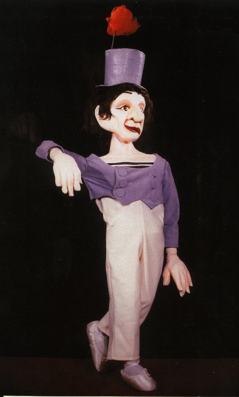 Marcel Marceau comme « Bip », dans Top Hats & Tales (1993) par The Puppeteer's Company (Brighton, Angleterre), mise en scène, conception et fabrication : Steve Lee, Peter Franklin, acteurs : Steve Lee, Peter Franklin. Marionnette à tiges, hauteur : 80 cm. Photo: Steve Lee