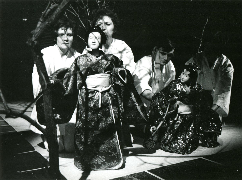 <em>Assago</em> (1986) por Divadlo Radost (Brno, República Checa), puesta en escena: Petr Kracik, escenografía: Jaroslav Milfajt. Actores en la foto: (de izquierda a derecha): Jitka Kalábová, Anděla Čisáriková, Zdeněk Ševčík, Lída Janků. Fotografía cortesía de Archivo de Loutkář. Foto: Vladislav Vaňák © Radost