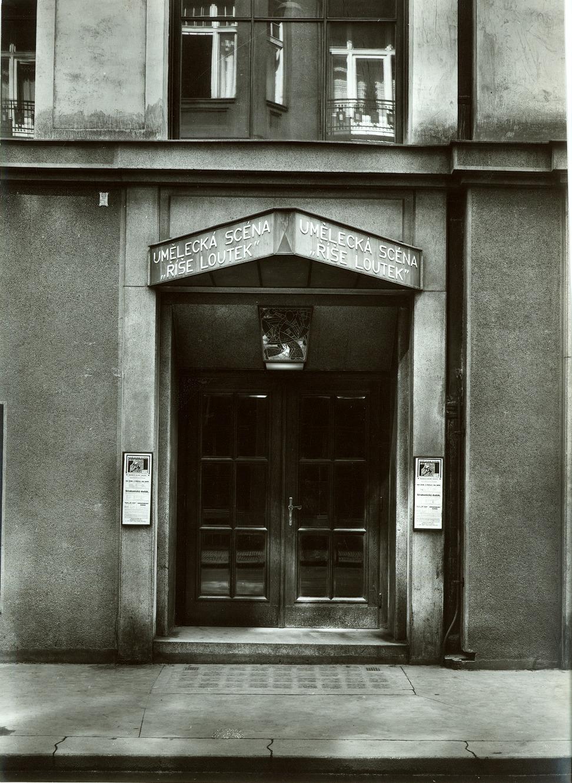 Entrée de l'Umělecká scéna Říše loutek (Prague, Tchécoslovaquie) en 1929. Photo réproduite avec l'aimable autorisation de Archives de Umělecká scéna Říše loutek