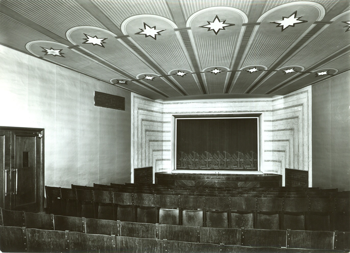 Intérieur de l'Umělecká scéna Říše loutek (Prague, Tchécoslovaquie) en 1929. Photo réproduite avec l'aimable autorisation de Archives de Umělecká scéna Říše loutek