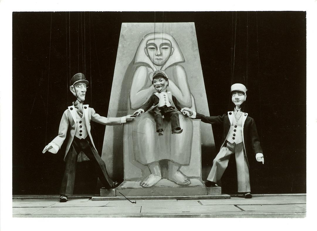 <em>?K.D.O.?</em> (1931) par Umělecká scéna Říše loutek (Prague, Tchécoslovaquie), mise en scène : Vojtěch Sucharda, conception : Vojtěch Sucharda (marionnettes), Anna Suchardová-Brichová (costumes et scénographie). Photo réproduite avec l'aimable autorisation de Archives de Umělecká scéna Říše loutek