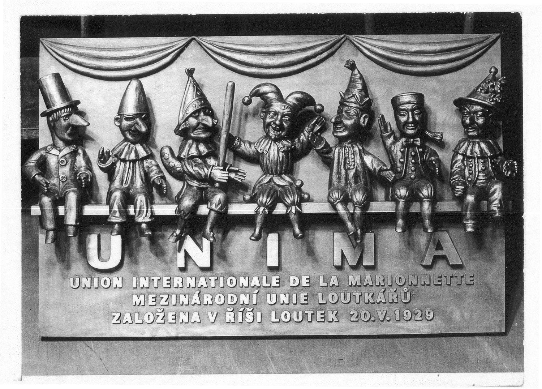 Plaque commémorative pour le 50e anniversaire de l'UNIMA à Prague, République tchèque, à Umělecká scéna Říše loutek. Photo réproduite avec l'aimable autorisation de Archives de Umělecká scéna Říše loutek
