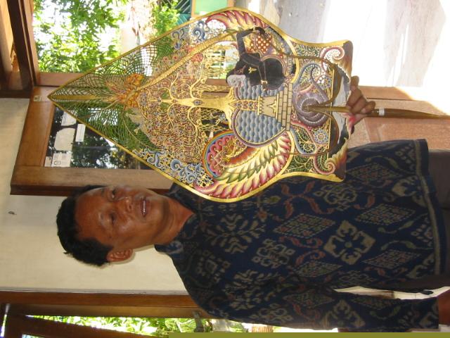 Le <em>dalang</em> javanais, <em>Ki</em> Bambang Suwarno, avec le <em>gunungan</em> (<em><em>kayon</em>an</em>), qu'il a créé  représentant Semar méditer sur un lieu sacré (Surakarta, Indonésie). Photo: Karen Smith