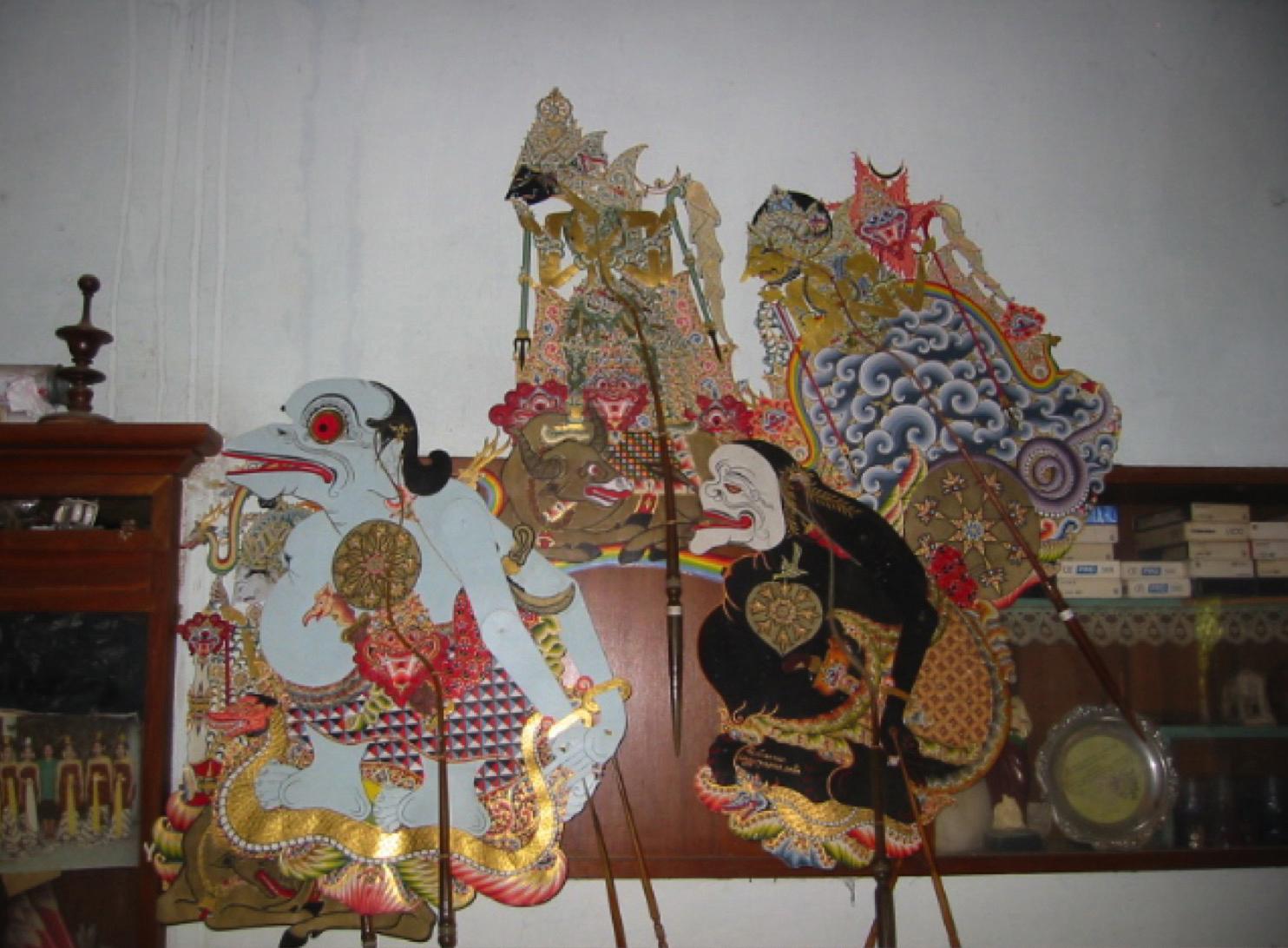Semar (conseiller-compagnon de la « Droite ») et Togog (clown-compagnon de la  « Gauche »), avec <em>Sri</em> Kresna et <em>Bathara</em> Guru, figurines d'ombre créées par <em>Ki</em> Bambang Suwarno dans le style de Surakarta de <em><em>wayang</em> kulit purwa</em>. Photo: Karen Smith