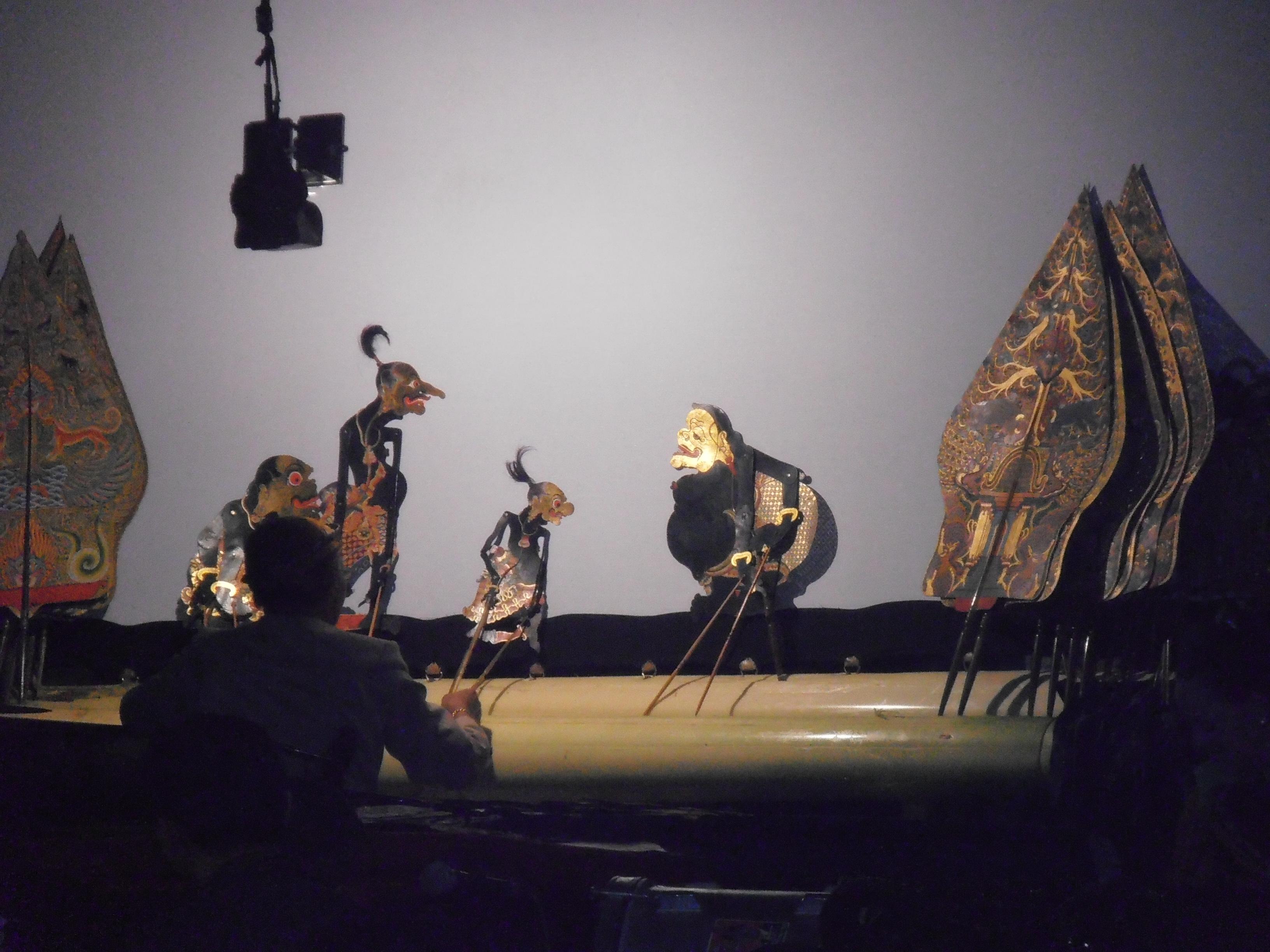 Semar et ses compagnons de clown, le <em>punakawan</em>, dans le style javanais de <em><em>wayang</em> kulit purwa</em>. Photo: Karen Smith