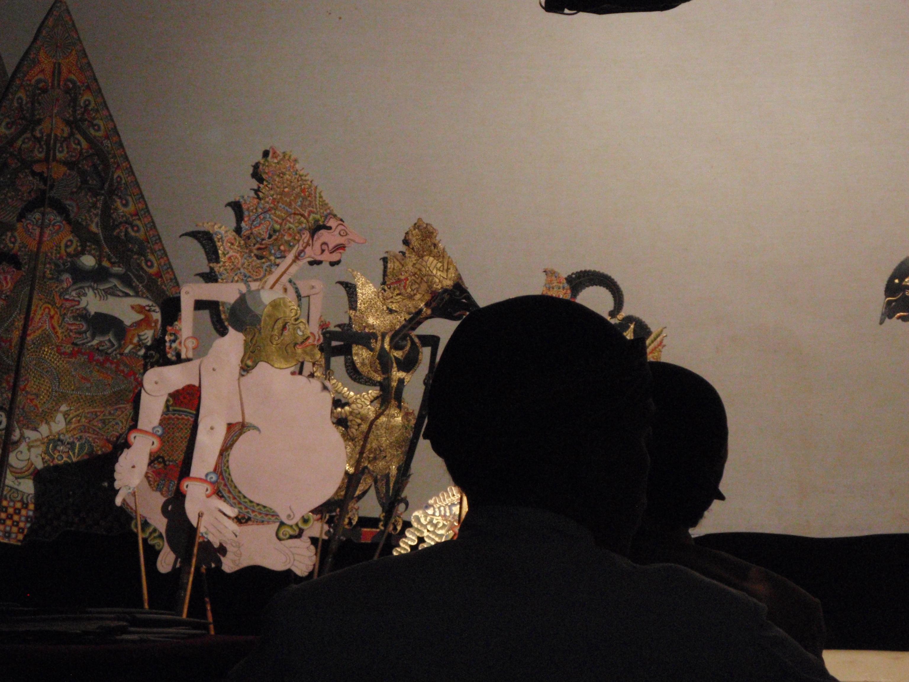 Semar et d'autres personnages, dans le style javanais de <em><em>wayang</em> kulit purwa</em>. Photo: Karen Smith