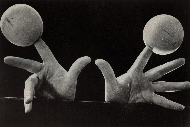<em>Otnosheniye k baryshne</em> (Attitude à madame), une partie de la revue de <em>Romansy s kuklami</em> (Romances avec les marionnettes, les années trente), interprété par Sergueï Obraztsov. Photo réproduite avec l'aimable autorisation de Collection : Gosudarstvenny akademichesky tsentralny teatr kukol imeni S. V. Obraztsova, Musée de la Marionnette (Moscou, Russie)