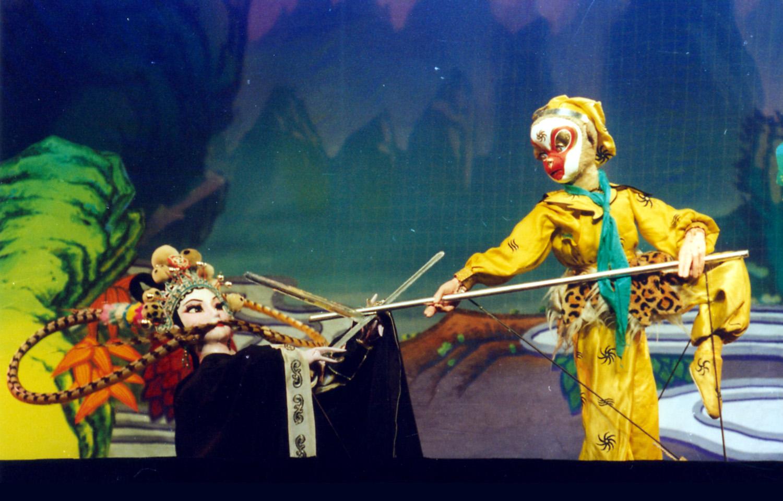 <em>Le Roi des singes bat trois fois le Démon aux os blancs</em> (孙悟空三打白骨精, 1977) par Shanghai Muoutuan (District de Huangpu, Shanghai, République populaire de Chine), mise en scène : Meng Yuan, Zhang Zhen, Zhao Genlou, scénographieet fabrication : Xu Jin, Shen Changkang, et d'autres, marionnettistes : Wang Hua, Zheng Guofang. Marionnettes à tiges, hauteur : 70-100 cm. Photo: Hu Zhiqiang