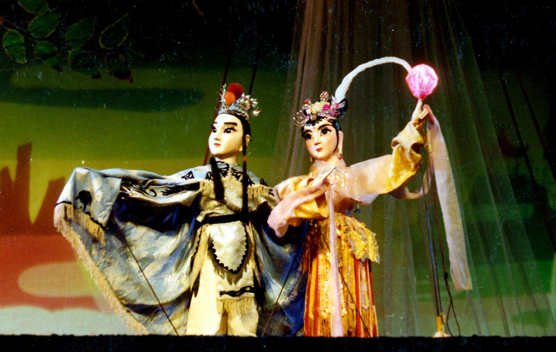 <em>Le rubis</em> (红宝石, 1980) par Shanghai Muoutuan (District de Huangpu, Shanghai, République populaire de Chine), mise en scène : Zhang Zhen, Shao Pengfei, scénographieet fabrication : Hu Jiang, marionnettistes : Chen Minglan, Zhou Yusheng. Marionnettes à tiges, hauteur : 70-100cm. Photo: Wang Daguang