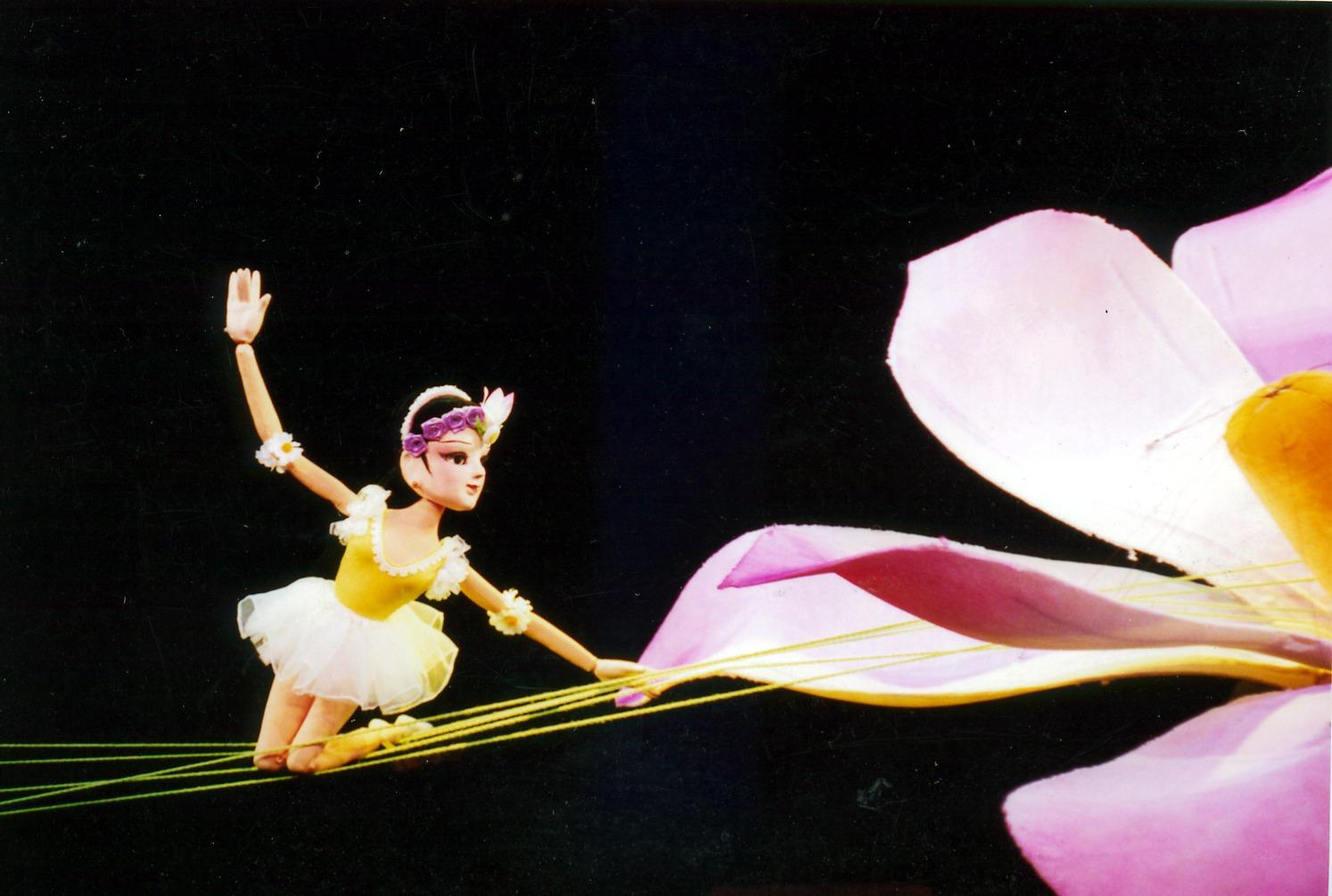 <em>Les désirs de printemps</em> (春的畅想, 1999) par Shanghai Muoutuan (District de Huangpu, Shanghai, République populaire de Chine), mise en scène : He Xiaoxing, scénographieet fabrication : Xu Jin, marionnettistes : Zheng Huliu, Dong Yongjian, Zheng Liming. Marionnettes à tiges, hauteur : 70-100 cm. Photo: Hu Zhiqiang