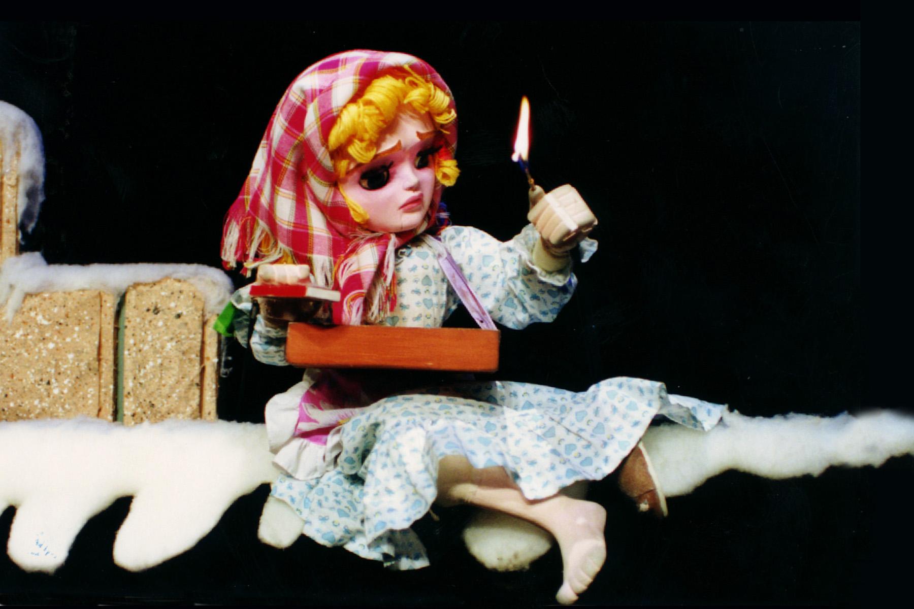 <em>La petite fille aux allumettes</em> (卖火柴的小女孩, 2002) par Shanghai Muoutuan (District de Huangpu, Shanghai, République populaire de Chine), mise en scène : He Xiaoxing, Zhao Genlou, scénographieet fabrication : Xu Jin, marionnettistes : He Xiaoqiong, Lu Ping, Qian Yujian. Marionnettes à tiges, hauteur : 70-100 cm. Photo: Hu Zhiqiang