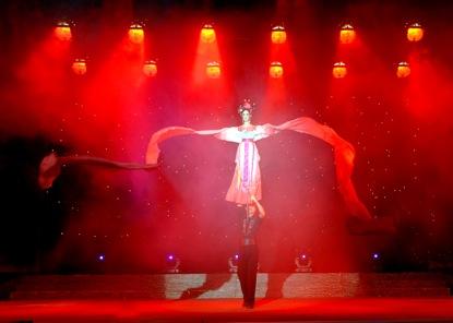<em>Danse du ruban</em> (长绸舞, 1996) par Sichuansheng Damuou Juyuan (Beiqiandao, district de Shunqing, Nanchong, province du Sichuan, République populaire de Chine), mise en scène : Tang Guoliang, scénographieet fabrication : Shu Shilin, Zhao Qing, Xu Xueshu, Xian Guanghui, Hu Xingying, marionnettiste : Zeng Biyong. Marionnette à tiges, hauteur : 1,8-2 m