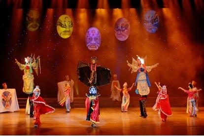 <em>Changement de visage</em> (变脸, 2004) par Sichuansheng Damuou Juyuan (Beiqiandao, district de Shunqing, Nanchong, province du Sichuan, République populaire de Chine), mise en scène : Tang Guoliang, scénographieet fabrication : Shu Shilin, Zhao Qing, Xu Xueshu, Xian Guanghui, Hu Xingying, marionnettistes : Li Dong, Chen Jianjun, Liu Yumei. Marionnettes à tiges, hauteur : 1,8-2 m