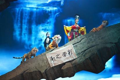 <em>Le mythe du papillon coloré</em> (彩蝶神话, 2012) par Sichuansheng Damuou Juyuan (Beiqiandao, district de Shunqing, Nanchong, province du Sichuan, République populaire de Chine), mise en scène : Yu Junhai, Tang Guoliang, scénographieet fabrication : Liu Ji, Xu Xueshu, Shu Shilin, Zhao Qing, marionnettistes : Hu Yinghua et les jeunes artistes de la compagnie. Marionnettes à tiges, hauteur: 1,8-2 m