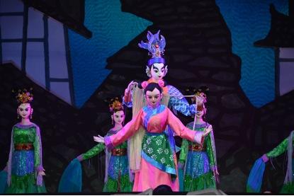 <em>La légende de la porte du dragon</em> (龙门传说, 2014) par Sichuansheng Damuou Juyuan (Beiqiandao, district de Shunqing, Nanchong, province du Sichuan, République populaire de Chine), mise en scène : Li Ling, Tang Guoliang, scénographieet fabrication : Liu Ji, Xu Xueshu, Shu Shilin, Zhao Qing, marionnettistes : Li Ziwei, Ao Xia. Marionnettes à tiges, hauteur : 1,8-2 m
