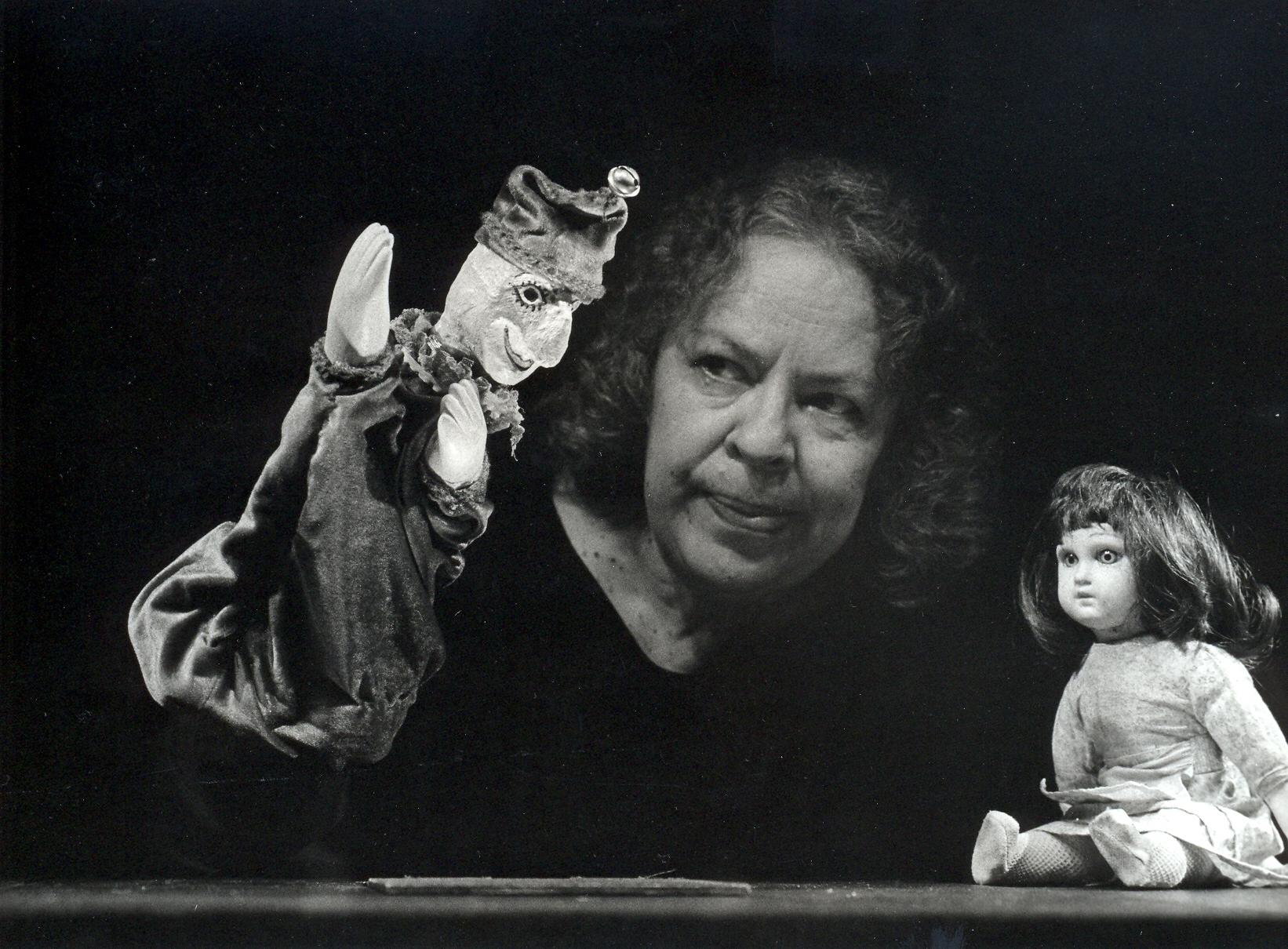 Sirppa Sivori-Asp (1928-2006), actrice Finlandaise, directrice du théâtre de marionnettes, du théâtre, de l'opéra et de la télévision, ancienne présidente de l'UNIMA Internationale et directrice du <em>Nukketeatteri Vihreä Omena</em> (Théâtre de marionnettes Pomme Verte, Helsinki, Finlande), dans son spectacle, <em>Matkalla kymmenen valtakunnan taa</em> (La Terre Lointaine, 1989), un solo basé sur ses propres expériences pendant la guerre. Photo: Rauno Träskelin