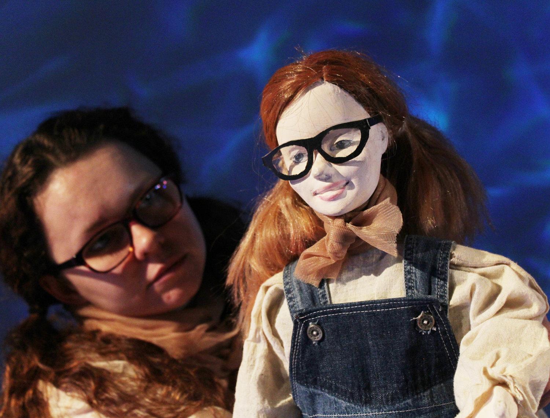 Ella, marionnette et Ella, actrice (Daisy Williams), dans <em>The Lightning Path</em> (2016) par Small World Theatre (Cardigan, Pays de Galles, Royaume-Uni), mise en scène: Ann Shrosbree, acteurs / marionnettistes : Daisy Williams, Rhiannon Willis, Bill Hamblett. Hauteur de la marionnette Ella: 45 cm. Marionnette empoignée, ombres, multimédia (animation et son), acteurs, masques. Photo: Sam Vicary