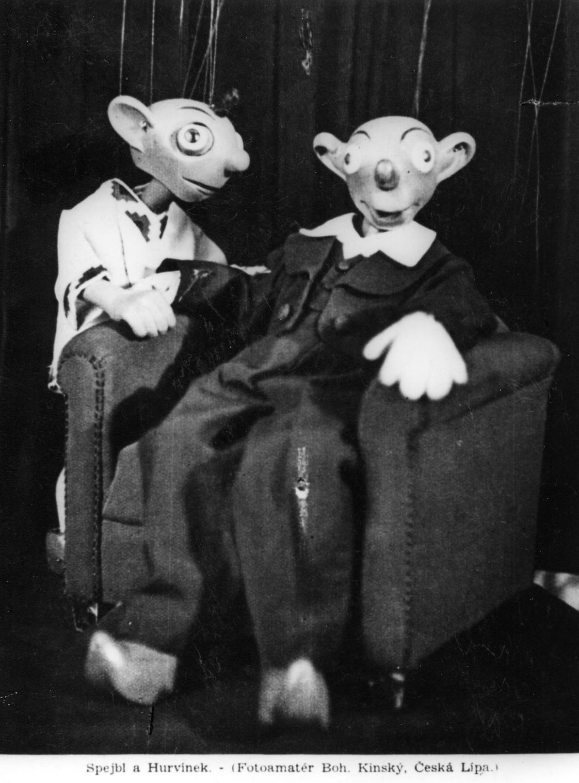 Spejbl y Hurvínek, personajes cómicos populares del teatro de títeres checo creado por Josef Skupa. Títeres de hilos originales de Josef Skupa hechas en madera y tela (1930), altura: 60-80 cm, concepción: Karel Nosek (Spejbl), Gustav Nosek (Hurvínek). Fotografía cortesía de Archivo de Loutkář