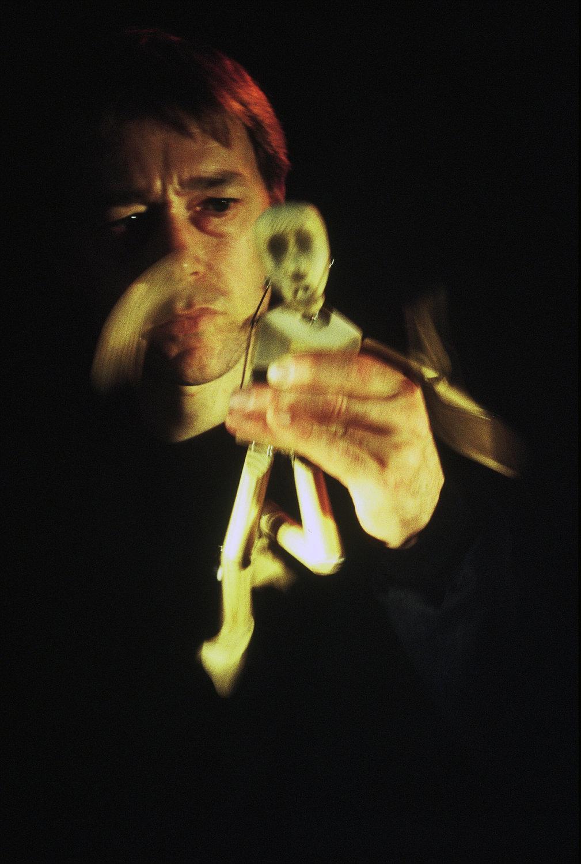 <em>The Seed Carriers</em> (1995) par Animata de Stephen Mottram (Oxford, Royaume-Uni), mise en scène : Melanie Thompson, conception et fabrication : Stephen Mottram, acteur sur la photo : Stephen Mottram. Marionnette à fils. Photo: Simon Annand