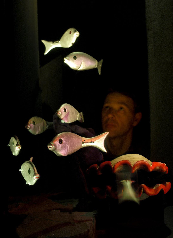 Palourde et poisson, dans <em>The <em>Seas of Organillo</em></em> (2004) par Stephen Mottram's Animata (Oxford, Royaume-Uni), inspiré par <em>The Aquatic Ape Hypothesis</em> d'Elaine Morgan et <em>A Child is Born</em> de Lennart Nilsson, mise en scène : Deana Rankin, conception et fabrication : Stephen Mottram, musique : Sebastian Castagna, acteur sur la photo : Stephen Mottram. Techniques multiples. Photo: David Fisher
