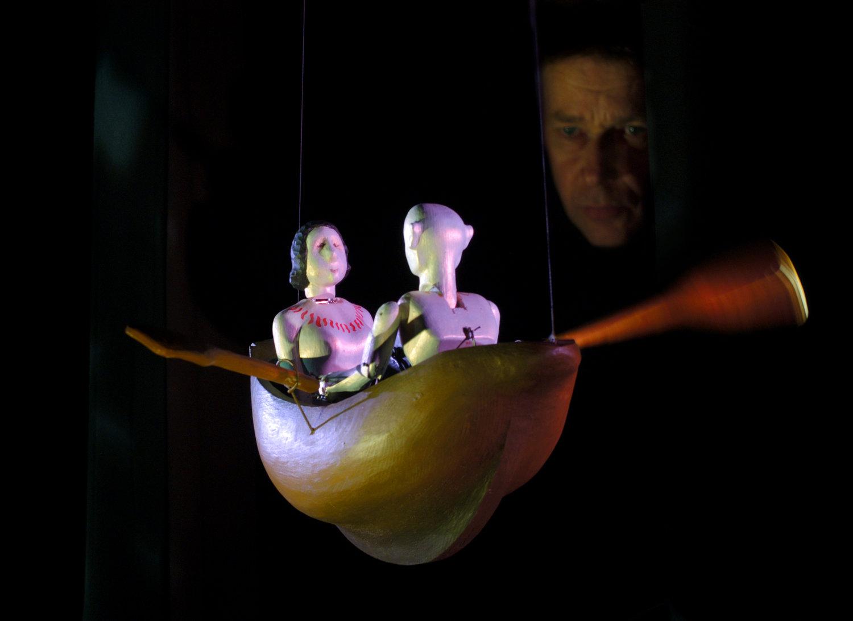 La scène du canot à rames, dans <em>The <em>Seas of Organillo</em></em> (2004) par Stephen Mottram's Animata (Oxford, Royaume-Uni), inspiré par <em>The Aquatic Ape Hypothesis</em> d'Elaine Morgan et <em>A Child is Born</em> de Lennart Nilsson, mise en scène : Deana Rankin, conception et fabrication : Stephen Mottram, musique : Sebastian Castagna, acteur sur la photo : Stephen Mottram. Techniques multiples. Photo: David Fisher