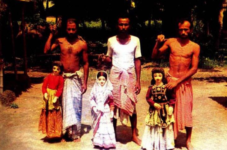 Trois marionnettistes et leurs marionnettes. Tarer putul na<em>c</em>h, les marionnettes à fils du Bengale o<em>c</em><em>c</em>idental, en Inde. Photo réproduite avec l'aimable autorisation de Sampa Ghosh