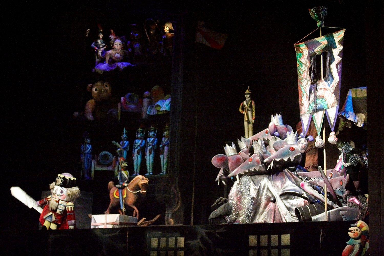 <em>Schelkunchik i myshiniy korol</em> (<em>The Nutcracker</em> and the Rat <em>Ki</em>ng, 2000) by Teatr Skazki (Saint Petersburg, Russia), direction: Igor Ignatyev, design: Anna Ignatyeva. Photo courtesy of Sankt-Peterburgsky gosudarstvenny kukolny teatr Skazki. Photo courtesy of Sankt-Peterburgsky gosudarstvenny kukolny teatr Skazki. Photo: Olga Kirsanova