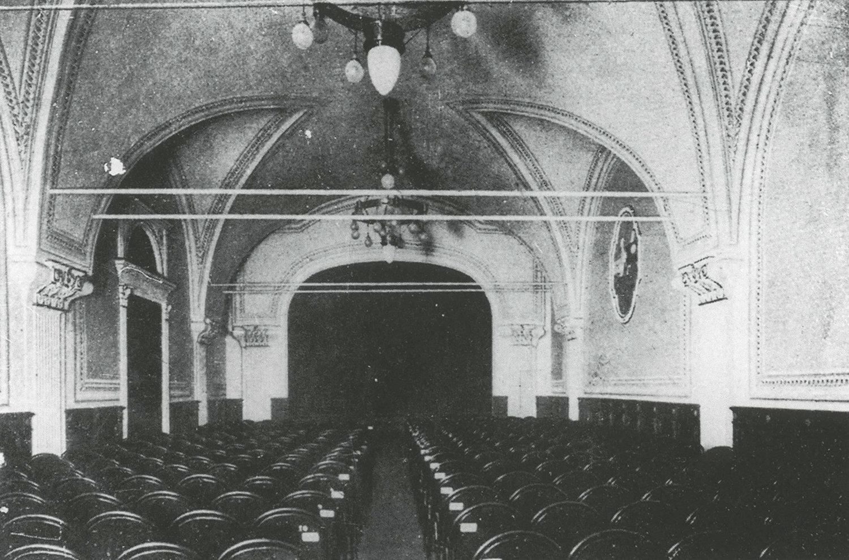 Une photo de 1910 de la Sala Verdi au Palazzo Odescalchi à Rome où eurent lieu, en 1914, les débuts de la compagnie Teatro dei Piccoli. Photo réproduite avec l'aimable autorisation de Collezione Maria Signorelli