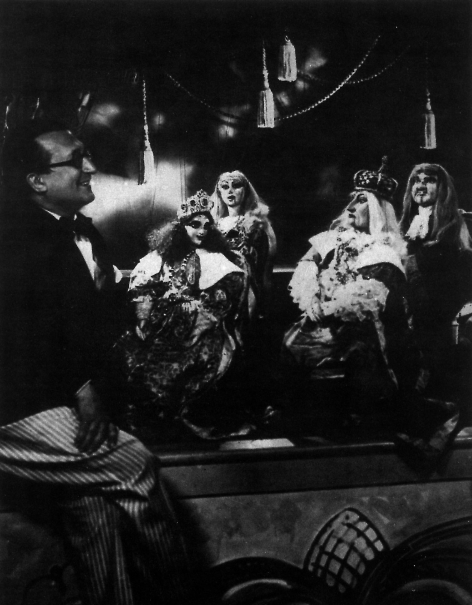 Vittorio Podrecca avec des marionnettes de la production du Teatro dei Piccoli de <em>La bella addormentata nel bosco</em> (1922) composée par Ottorino Respighi et basée sur le conte de Charles Perrault. Collezione Maria Signorelli. Photo réproduite avec l'aimable autorisation de Istituto per i Beni Marionettistici e il Teatro Popolare (Turin, Italie)