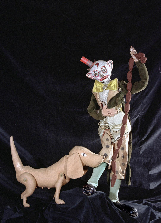 Le personnage de Fortunello et un chien, scène de <em>Varietà</em> (1930) par Teatro dei Piccoli. Marionnettes à fils. Collezione Maria Signorelli. Photo: Maristella Campolunghi / Teresa Bianchi