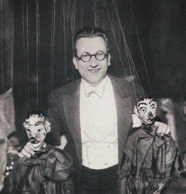 Directeur italien du Teatro dei Piccoli, Vittorio Podrecca (1883-1959), avec deux de ses marionnettes à fils. Collezione Maria Signorelli. Photo réproduite avec l'aimable autorisation de Istituto per i Beni Marionettistici e il Teatro Popolare (Turin, Italie)
