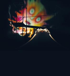 L'uccello di fuoco (1994), basé sur la musique d'Igor Stravinsky et des figures d'Enrico Baj, avec des ombres et de la danse, une coproduction du Teatro Gioco Vita (Piacenza, Italie) et de la Fondation Nazionale della Danza (Reggio Emilia, Italie), mise en scène et scénographie : Fabrizio Montecchi, chorégraphie : Mauro Bigonzetti, consultante musicale : Michele Fedrigotti. Photo réproduite avec l'aimable autorisation de Teatro Gioco Vita . Photo: Massimo Bersani