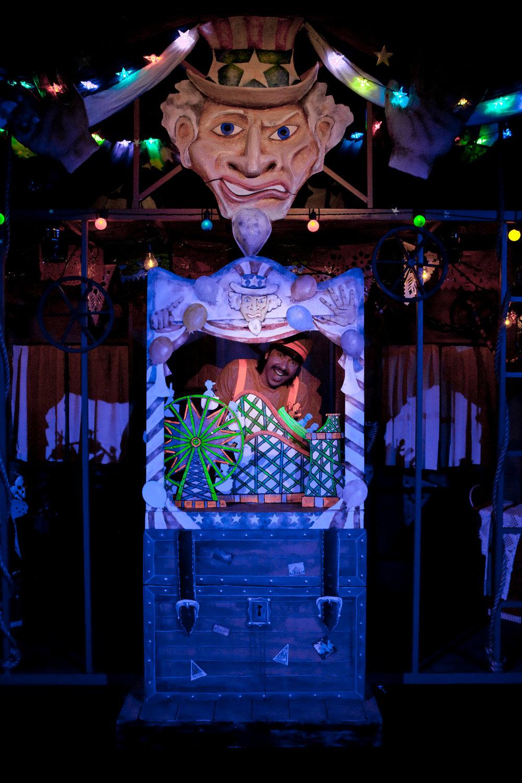 Théâtre de papier / théâtre de jouets, dans une scène de <em>!Viva Pinocho! A Mexican <em>Pinocchio</em></em>, une production bilingue (en anglais et espagnol) pour le jeune public par le Teatro SEA (New York, NY, États-Unis), mise en scène : Manuel Morán, scénographie : José López, musique : Harold Gutiérrez. Marionnettiste / personnage sur la photo : Manuel Morán. Photo: Christopher Auger-Domínguez