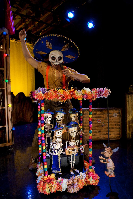 Théâtre de papier / théâtre de jouets, dans une scène de <em>!Viva Pinocho! A Mexican <em>Pinocchio</em></em>, une production bilingue (anglais et espagnol) pour le jeune public par le Teatro SEA (New York, NY, États-Unis), mise en scène : Manuel Morán, scénographie : José López, musique : Harold Gutiérrez. Marionnettiste / personnage sur la photo : Manuel Morán. Photo: Christopher Auger-Domínguez