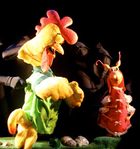 Gallo (Coq) and Cucarachita (Cafard), dans <em>Martina the Little Roach / La Cucarachita Martina</em>, une comédie musicale rock-n-roll basée sur un conte cubain et portoricain populaire (bilingue, anglais et espagnol) pour le jeune public par le Teatro SEA (New York, NY, États-Unis), mise en scène : Manuel Morán, scénographie : José López, musique : Alex Bautista. Marionnettes de style Bunraku, hauteur : (Gallo) 90 cm, (Cucarachita) 50 cm. Photo réproduite avec l'aimable autorisation de Teatro SEA
